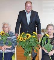 Gemeindepräsident Christian Spoerlé freut sich mit Frieda Aerne (90, links) und Elsa Moser, die in Kürze 100-jährig wird. (Bilder: Franz Steiner)