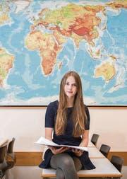 Kira Erb hält in einem Geographie-Raum der Kanti am Burggraben ihre Maturaarbeit in den Händen. (Bild: Urs Bucher)