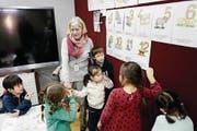 Der Unterricht basiert auf dem Lehrplan 21. Mit den Kindern spricht Cécile Ottiger deutsch. (Bild: Matthias Müller/NZZ)