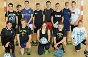 Die Klasse 3rb mit Organisator Joel Kobler (hinten, 3. von rechts) gewann die erste «OZO Champions League». (Bild: pd)
