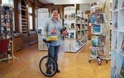 Marianne Hälg mit Büchern in der einen Hand und Spielzeug in der anderen: Seit knapp drei Monaten sind Bibliothek und Ludothek vereint. (Bild: Angelina Donati)