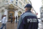 Einer der Männer gab sich fälschlicherweise als Polizist bei den rumänischen Touristinnen aus. Er wollte die Echtheit ihres Bargelds überprüfen und rannte schliesslich mit dem Geld davon. (Symbolbild) (Bild: Kapo SG)