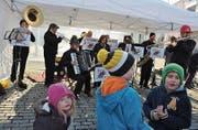 Trotz kalter Hände, Ohren und Füsse spielen die Füürharmoniker beschwingt auf.