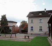 Die Wohnanlage Nefenfeld mit dem Ziegelbau, dem alten Schulhaus und dem Pavillon. (Bilder: Susi Miara)