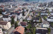 Die rechte Strassenseite der Bruggwaldstrasse gehört zur Gemeinde Wittenbach, die linke zur Stadt St. Gallen. (Bild: Ralph Ribi)