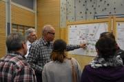 Elmar Steiger erklärt den Anwesenden an der Vorversammlung in Mosnang anhand von Plänen, an welchen Stellen am Sonnhaldenbach etwas geändert wird. (Bild: Timon Kobelt)