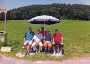 Sie haben die neuen Ruhebänke aufgestellt: Walter Bürgin, Kurt Koch, Markus Helg, Leo Zimmermann und Othmar Böhi (von links).