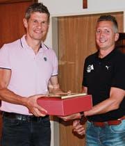 Gönnerclub-Präsident Norbert Lüchinger (links) wird Ehrenmitglied. Vereinspräsident Patrick Zäch gratuliert ihm dazu. (Bild: dsi)