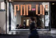 Pop-up: Ein Schaufenster an der Neugasse dient derzeit vorübergehend als Ausstellungsfläche. (Bild: Benjamin Manser)