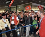 Marc Bischofberger wird am Flughafen sowie 18 Stunden und eine Rasur später in seiner Heimatgemeinde Oberegg begeistert empfangen. (Bilder: Yves Solenthaler, Benjamin Manser)