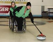Mit viel Gefühl gibt Skip Claudia Hüttenmoser, unterstützt von Brigitte Huber, dem Curlingstein das richtige Tempo mit auf den Weg. (Bild: Lukas Würmli)