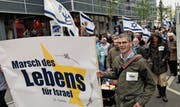 Der Gedenkmarsch zur Erinnerung an die Holocaust-Opfer beim Neumarkt. (Bild: Reto Voneschen)