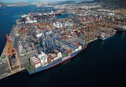 Der Hafen von Piräus soll zur Nummer eins im Mittelmeer und zur Drehscheibe ausgebaut werden. (Bild: Simon Dawson/Getty (Piräus, 25. Juni 2015))