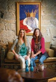 Zwei Chefinnen und ein König: Juliette Stillhart und Anna Wüthrich vor einem Porträt des Katers Blue. (Bild: Urs Bucher)