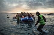 Menschen auf der Flucht erreichen die Insel Lesbos. Das Thema Flüchtlinge wird auch die Schweiz noch eine Weile beschäftigen. (Bild: ky/Pablo Tosco)