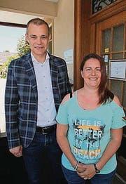 CEO Mark Ineichen mit Heidi Hutter, die in der Otto's- Filiale Oberbüren tätig ist. (Bild: pd)