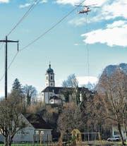 Der Lastenheli K-Max beim Einsatz über dem Valentinsberg. (Bild: mt)