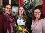 Präsidentin Monika Stauffacher, das neue Mitglied Alena Schütz sowie Samariterlehrerin Andrea Knaus (von links). (Bild: PD)