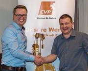 Pius Bürge (links) übergibt das Präsidium der CVP Mosnang an Chläus Länzlinger. (Bild: PD)