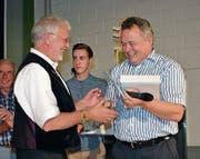 Der bekannte Akkordeonist Willi Valotti (links) und Gemeindepräsident Kilian Looser bei der Ehrung im Rahmen des Nesslauer Dorffestes vom Samstag.