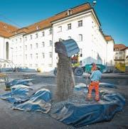 Vor der Neupflästerung verschwinden die Funde zur frühen Kloster- und Stadtgeschichte gut eingepackt für allfällige spätere Untersuchungen wieder unter dem Gallusplatz. (Bild: Urs Bucher (21. November 2011))