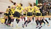 Die Spielerinnen des UH Appenzell bejubeln ihren Aufstieg in die NLB. (Bilder: PD)