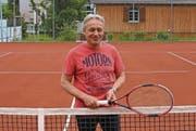 Heinz Käser ist seit März Präsident des TC Herisau. Im Hintergrund einer der neuen Allwetterplätze. (Bild: cal)