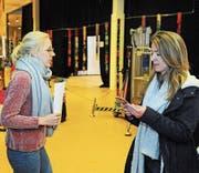 Hat die Fäden bei «Wings» in der Hand: Rigolo-Geschäftsleiterin Nuria Eugster (rechts) mit Produktionsassistentin Lotti Speglitz. (Bild: PD)