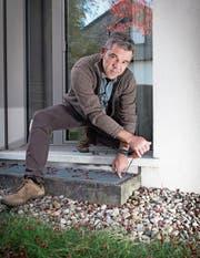 Ein ungesicherter Lichtschacht lässt sich mit einem Schraubenzieher einfach öffnen, wie Urs Bücheler von der Kantonspolizei St. Gallen demonstriert. (Bild: Ralph Ribi)
