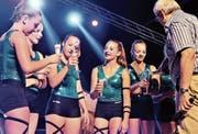 Mit Rimuss stiessen OZ-Thurzelg-Schulleiter Fredy Bühler und die Geräteturnerinnen an: auf den Schweizer-Meister-Titel des Schulturnerinnen-Teams Shania und Cecile Zoller sowie Silvana Righetti.