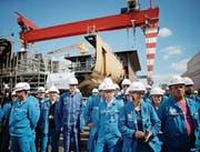 Werftangestellte vor einem Besuch von Präsident Macron Ende Mai. (Bild: S. Mahe/AP (Saint-Nazaire))