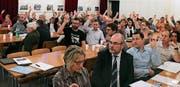 Einstimmig gaben die Schulbürger ein Ja zur neuen Gemeindeordnung und der Jahresrechnung. (Bild: Max Pflüger)