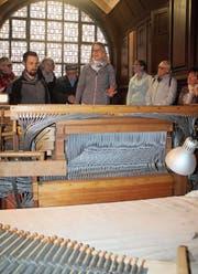 Tausende Pfeifen und noch mehr Röhrchen mussten und müssen ausgebaut und gereinigt werden. Kirchenpräsidentin Daniela Zillig (Mitte) und Orgelbauer Christian Musch (links) informieren über die Renovation.