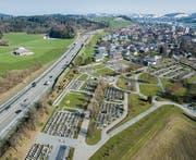 Kein Lärmschutz trennt den Strassenlärm von der ewigen Ruhe im Friedhof Hofegg. (Bild: Benjamin Manser/Urs Bucher (16. März 2016))