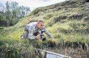 Geduld ist Voraussetzung für gelungene Tier-Fotografien: Markus Zehnder auf Motivsuche. (Bilder: Urs Bucher)