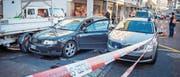 Bei der Bushaltestelle Lachen kollidierte das Auto mit einem parkierten Lieferwagen. (Bild: Urs Bucher)