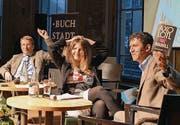 Die vermeintliche Helene Hegemann diskutiert mit Schauspieler Markus Flückiger (rechts) über ihren umstrittenen Roman «Axolotl Roadkill». (Bild: pd)