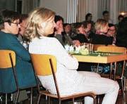 Gespannt und in guter Stimmung schauen sich die Wattwiler Frauen das Stück «Hans im Glück» an. (Bild: PD)
