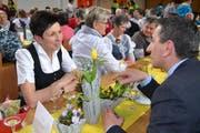 Angeregte Diskussion zwischen Andrea Schwarzmann, der «höchsten Bäuerin Österreichs», und dem Wattwiler Gemeindepräsidenten Alois Gunzenreiner. (Bild: Adi Lippuner)
