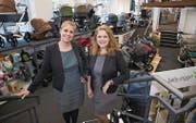 Judith (links) und Marion Scherzinger in der erweiterten Kinderwagenabteilung. (Bild: Ralph Ribi)