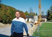 Geschäftsführer Daniel Schweizer vor der Baustelle, wo bis Mai der neue Zwischentrakt erstellt wird. (Bilder: gia/PD)