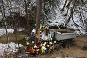 Der Fahrer wurde schwer verletzt und musste von der Feuerwehr befreit werden. (Bild: KAPO)