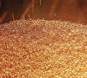 Kleine Kugeln aus Gold in einer Raffinerie in Mendrisio. (Bild: Gianluca Colla/Getty Images)