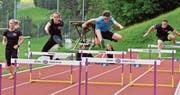 Vor der Mehrkampf-Schweizer-Meisterschaft wird nochmals der technisch anspruchsvolle Hürdenlauf trainiert. (Bild: Urs Huwyler)