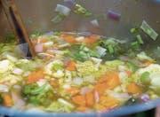Älteres Gemüse, welches nicht mehr so frisch aussieht, lässt sich problemlos zu einer Gemüsesuppe zubereiten. (Bild: PD)