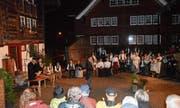 «Recht und Gerechtigkeit», ein Freilichtspiel, das die Häuser im Weiler Burgau nicht einfach nur zur Kulisse hat, feierte am Donnerstagabend Premiere. (Bilder: Zita Meienhofer)