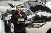 Lukas Kaiser, Mitinhaber der Buga-Garage: «Derzeit wechseln wir in unserer Werkstatt besonders viele Autobatterien.» (Bild: Angelina Donati)