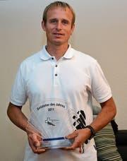 Hanspeter Brändle mit der Auszeichnung, die er bei der Wahl zum Seilzieher des Jahres 2011 erhalten hat. (Bild: Beat Lanzendorfer)