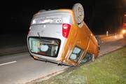 Das Auto überschlug sich und rutschte mehrere Meter vorwärts auf der Strasse. (Bild: Kapo SG)