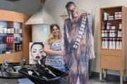 Lehrtochter Severine Tschirren mit der verbliebenen «Chewbacca»-Figur. (Bild: Hanspeter Schiess)
